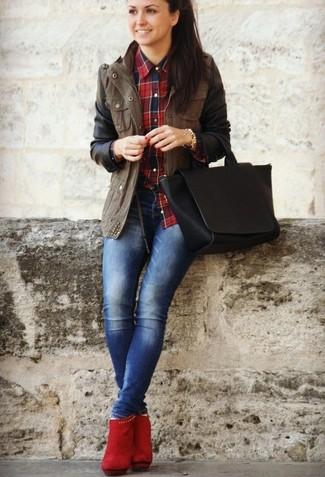 834b92df3395 Wie kombinieren  brauner Anorak, rotes und dunkelblaues Businesshemd mit  Schottenmuster, blaue enge Jeans