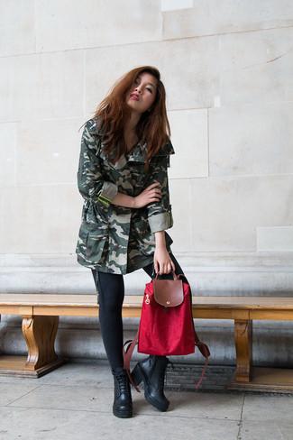 Wie kombinieren: dunkelgrüner Camouflage Anorak, schwarze enge Jeans, schwarze Schnürstiefeletten aus Leder, roter Segeltuch Rucksack