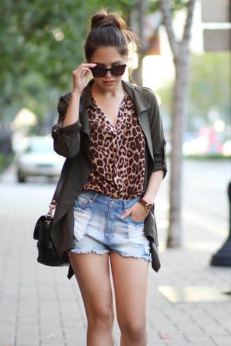 Wie kombinieren: dunkelgrüner Anorak, beige Langarmbluse mit Leopardenmuster, hellblaue Jeansshorts mit Destroyed-Effekten, schwarze Leder Umhängetasche
