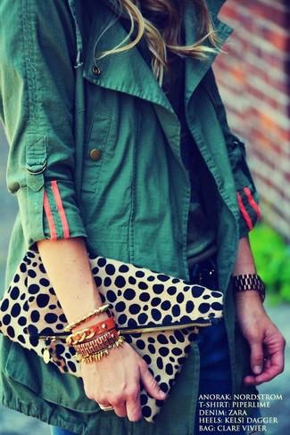 Wie kombinieren: dunkelgrüner Anorak, Camouflage T-Shirt mit einem Rundhalsausschnitt, dunkelblaue Jeans, hellbeige Clutch mit Leopardenmuster