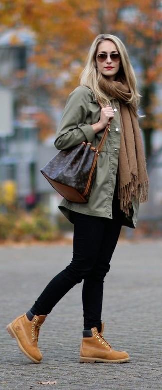 Wie kombinieren: olivgrüner Anorak, schwarze enge Jeans, beige Schnürstiefeletten aus Wildleder, dunkelbraune Leder Beuteltasche