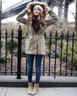 Wie kombinieren: hellbeige Anorak, blaue enge Jeans, hellbeige Wildleder Stiefeletten, weiße Strick Mütze