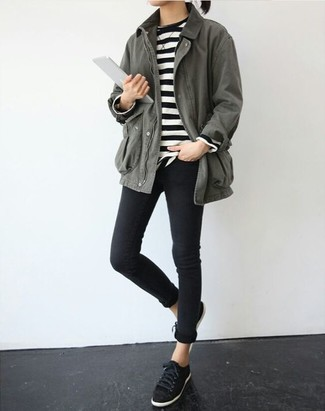 Wie kombinieren: grauer Anorak, schwarzer und weißer horizontal gestreifter Pullover mit einem Rundhalsausschnitt, schwarze enge Jeans, schwarze Wildleder niedrige Sneakers