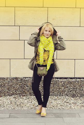 Wie kombinieren: olivgrüner Anorak, gelbe Langarmbluse, dunkelblaue enge Jeans, gelbe Keilsandaletten aus Leder