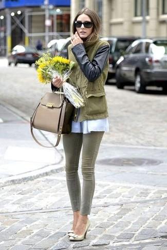 Olivgrüne Satchel-Tasche aus Leder kombinieren: Möchten Sie ein schönes Freizeit-Outfit erzeugen, ist die Kombi aus einem olivgrünen Anorak und einer olivgrünen Satchel-Tasche aus Leder ganz besonders gut. Komplettieren Sie Ihr Outfit mit goldenen Leder Pumps.