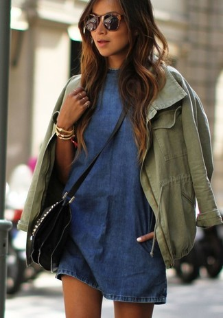 Wie kombinieren: olivgrüner Anorak, blaues Jeans Freizeitkleid, schwarze Leder Umhängetasche, goldenes Armband