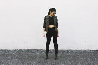 Wie kombinieren: olivgrüner Anorak, schwarzes kurzes Oberteil, schwarze enge Hose, schwarze kniehohe Stiefel aus Leder