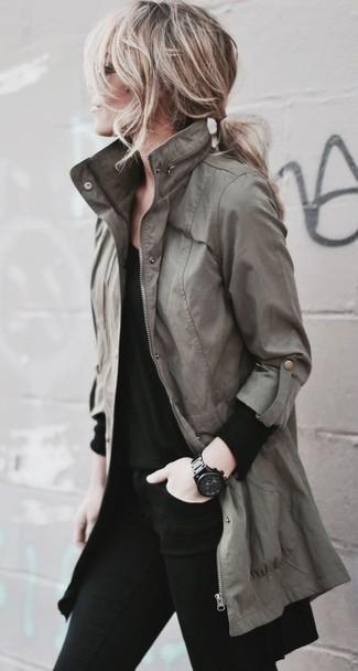 Wie kombinieren: olivgrüner Anorak, schwarzes Langarmshirt, schwarze enge Jeans, schwarze keramische Uhr