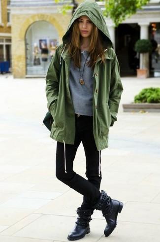 Wie kombinieren: olivgrüner Anorak, grauer Pullover mit einem Rundhalsausschnitt, schwarze enge Jeans, schwarze beschlagene Leder mittelalte Stiefel