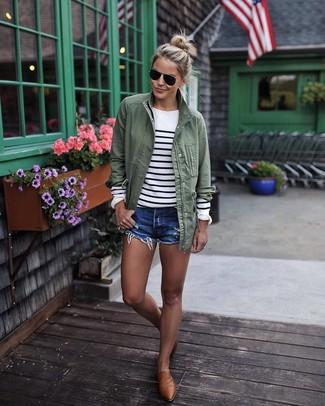 Olivgrünen Anorak kombinieren – 39 Damen Outfits: Möchten Sie ein wunderbares Casual-Outfit erhalten, ist diese Kombination aus einem olivgrünen Anorak und blauen Jeansshorts Ihre Wahl. Komplettieren Sie Ihr Outfit mit braunen Leder Slippern, um Ihr Modebewusstsein zu zeigen.