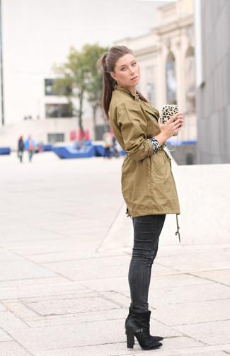 Wie kombinieren: olivgrüner Anorak, weißer und schwarzer Pullover mit einem Rundhalsausschnitt mit Leopardenmuster, dunkelgraue enge Jeans, schwarze Leder Stiefeletten