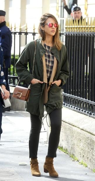 Wie kombinieren: dunkelgrüner Anorak, beige Wollsakko, graues T-Shirt mit einem Rundhalsausschnitt mit Schottenmuster, schwarze enge Jeans