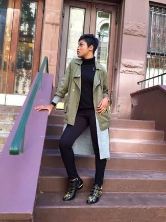Wie kombinieren: olivgrüner Anorak, graue Strickjacke mit einer offenen Front, schwarzer Rollkragenpullover, schwarze enge Hose