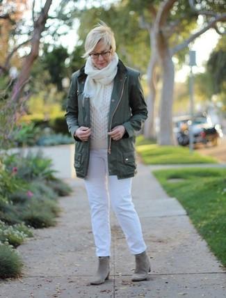 Wie kombinieren: dunkelgrüner Anorak, weißer Strickpullover, weiße Jeans, graue Wildleder Stiefeletten