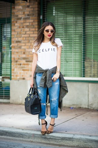 Wie kombinieren: dunkelgrüner Anorak, weißes und schwarzes bedrucktes T-Shirt mit einem Rundhalsausschnitt, blaue Boyfriend Jeans mit Destroyed-Effekten, braune Wildleder Pumps mit Leopardenmuster