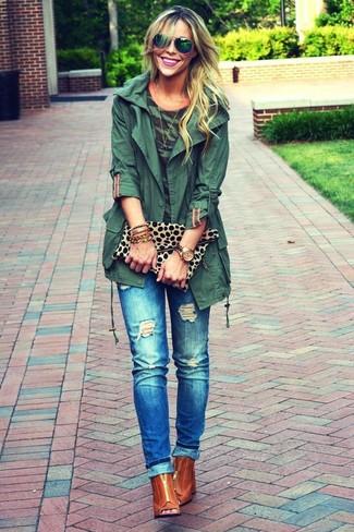 Wie kombinieren: dunkelgrüner Anorak, dunkelgrünes Camouflage T-Shirt mit einem Rundhalsausschnitt, blaue Jeans mit Destroyed-Effekten, rotbraune Leder Stiefeletten mit Ausschnitten