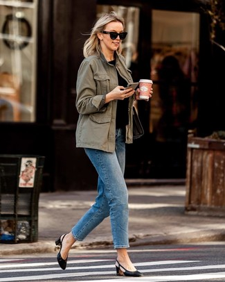 Schwarze Leder Pumps kombinieren: trends 2020: Wenn Sie einen entspannten Look erzeugen müssen, bleiben ein olivgrüner Anorak und blaue Jeans ein Klassiker. Vervollständigen Sie Ihr Look mit schwarzen Leder Pumps.