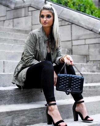 Olivgrünen Anorak kombinieren – 39 Damen Outfits: Die Paarung aus einem olivgrünen Anorak und schwarzen engen Jeans schafft die ideale Balance zwischen einfachem Trend-Look und modischem Stil. Schwarze beschlagene Wildleder Sandaletten fügen sich nahtlos in einer Vielzahl von Outfits ein.