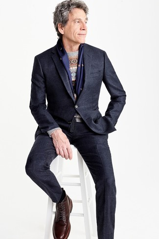 Wie kombinieren: schwarzer Anzug, dunkelblauer Anzug mit Karomuster, grauer Pullover mit einem Rundhalsausschnitt mit Fair Isle-Muster, dunkelbraune Lederfreizeitstiefel