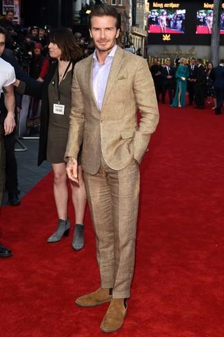 Wie kombinieren: beige Anzug mit Karomuster, hellviolettes Businesshemd, beige Chelsea-Stiefel aus Wildleder, olivgrünes Einstecktuch