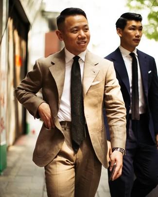 Wie kombinieren: beige Anzug, weißes Businesshemd, dunkelgrüne Krawatte, silberne Uhr
