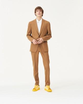 Wie kombinieren: beige Anzug, weißes Businesshemd, gelbe Leder niedrige Sneakers, schwarze Socke
