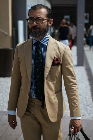 Wie kombinieren: beige Anzug, weißes und blaues Businesshemd mit Vichy-Muster, dunkelgrüne bedruckte Krawatte, dunkelrotes Einstecktuch mit Paisley-Muster