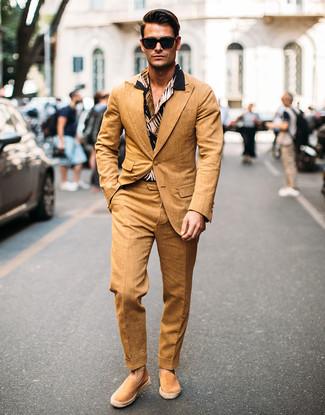 Wie kombinieren: beige Anzug, schwarzes bedrucktes Kurzarmhemd, beige Wildleder Espadrilles, schwarze Sonnenbrille