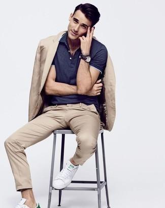 Dunkelblaues Polohemd kombinieren: trends 2020: Entscheiden Sie sich für ein dunkelblaues Polohemd und einen beige Anzug für Ihren Bürojob. Suchen Sie nach leichtem Schuhwerk? Komplettieren Sie Ihr Outfit mit weißen Leder niedrigen Sneakers für den Tag.