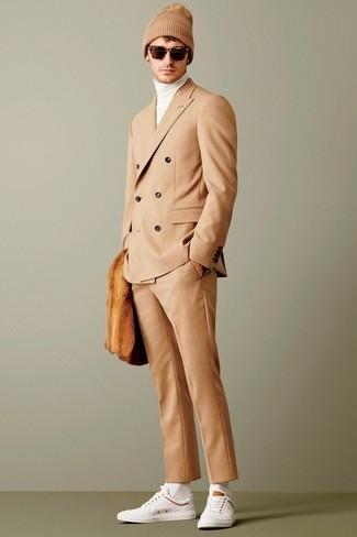 Wie kombinieren: beige Anzug, weißer Rollkragenpullover, weiße niedrige Sneakers, beige Mütze