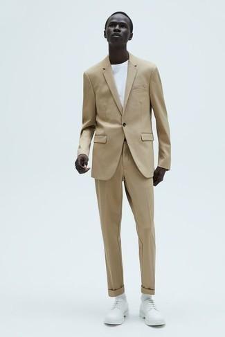 Weißes T-Shirt mit einem Rundhalsausschnitt kombinieren – 1200+ Smart-Casual Herren Outfits: Die Paarung aus einem weißen T-Shirt mit einem Rundhalsausschnitt und einem beige Anzug ist eine kluge Wahl für einen Tag im Büro. Wählen Sie weißen Leder Derby Schuhe, um Ihr Modebewusstsein zu zeigen.