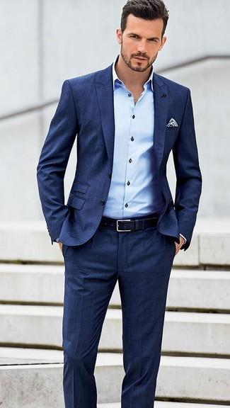 blauer anzug hellblaues businesshemd wei es und dunkelblaues gepunktetes einstecktuch. Black Bedroom Furniture Sets. Home Design Ideas