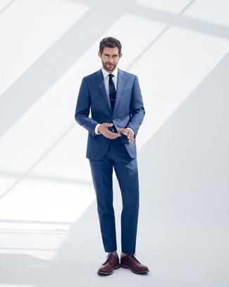 Wie kombinieren: blauer Anzug, weißes Businesshemd, braune Leder Brogues, dunkelblaue Krawatte