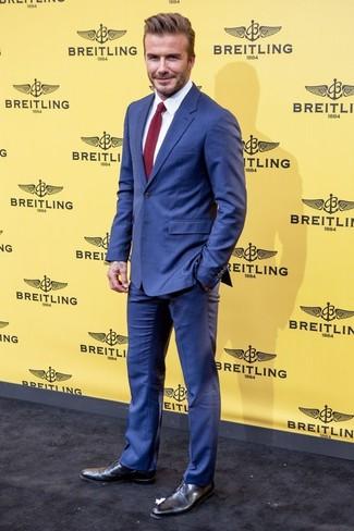 David Beckham trägt Blauer Anzug, Weißes Businesshemd, Schwarze Leder Derby Schuhe, Dunkelrote Strick Krawatte
