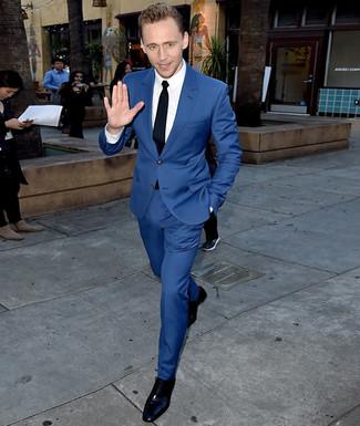 Tom Hiddleston Trägt Blauer Anzug Weißes Businesshemd Schwarze