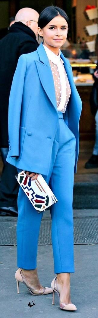 Miroslava Duma trägt Blauer Anzug, Weißes Spitze Businesshemd, Hellbeige Wildleder Pumps, Weiße bedruckte Leder Clutch