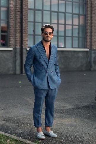 blauer vertikal gestreifter Anzug, schwarzes Kurzarmhemd, hellblaue Wildleder Slipper, braune Sonnenbrille für Herren