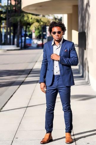 Wie kombinieren: blauer Anzug, weißes bedrucktes Langarmhemd, beige Brogue Stiefel aus Leder, lila bedrucktes Seide Einstecktuch