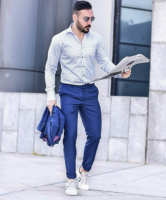 Wie kombinieren: blauer Anzug, weißes und blaues bedrucktes Langarmhemd, weiße Leder niedrige Sneakers, blaue Sonnenbrille