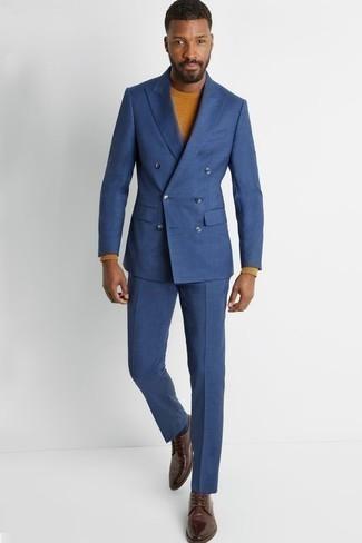 Rotbraunen Pullover mit einem Rundhalsausschnitt kombinieren – 148 Herren Outfits: Kombinieren Sie einen rotbraunen Pullover mit einem Rundhalsausschnitt mit einem blauen Anzug für einen stilvollen, eleganten Look. Braune Leder Derby Schuhe sind eine großartige Wahl, um dieses Outfit zu vervollständigen.
