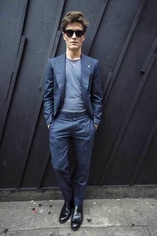 Dunkelblaues und weißes horizontal gestreiftes T-Shirt mit einem Rundhalsausschnitt kombinieren: trends 2020: Kombinieren Sie ein dunkelblaues und weißes horizontal gestreiftes T-Shirt mit einem Rundhalsausschnitt mit einem blauen Anzug mit Karomuster, wenn Sie einen gepflegten und stylischen Look wollen. Fügen Sie schwarzen Chelsea Boots aus Leder für ein unmittelbares Style-Upgrade zu Ihrem Look hinzu.