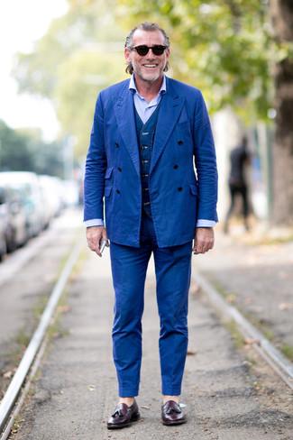 Wie kombinieren: blauer Anzug, dunkelblaue Jeansweste, hellblaues Businesshemd, dunkellila Leder Slipper mit Quasten