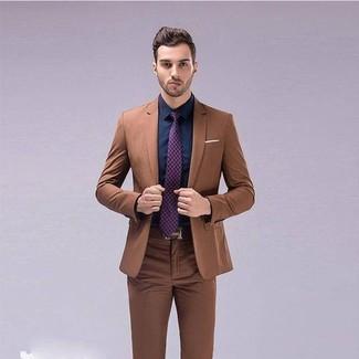 Wie kombinieren: brauner Anzug, dunkelblaues Businesshemd, lila bedruckte Krawatte, brauner Ledergürtel