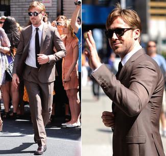 Ryan Gosling trägt Brauner Anzug, Weißes Businesshemd, Dunkelrote Leder Derby Schuhe, Schwarze Krawatte