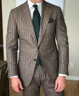 Wie kombinieren: brauner vertikal gestreifter Anzug, weißes Businesshemd, dunkelgrüne Krawatte, dunkelbraunes bedrucktes Einstecktuch