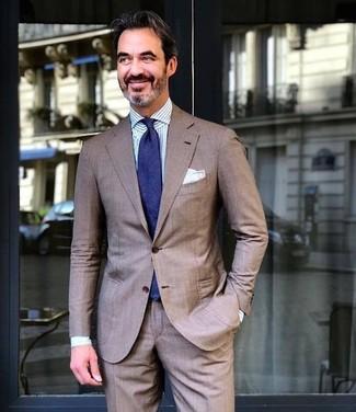 Wie kombinieren: brauner Anzug, weißes und blaues vertikal gestreiftes Businesshemd, dunkelblaue Krawatte, weißes Einstecktuch