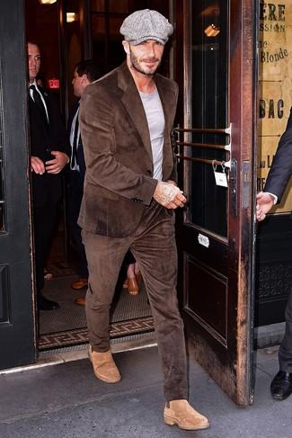 Wie kombinieren: brauner Kordanzug, graues T-Shirt mit einem Rundhalsausschnitt, beige Chelsea-Stiefel aus Wildleder, graue Schiebermütze