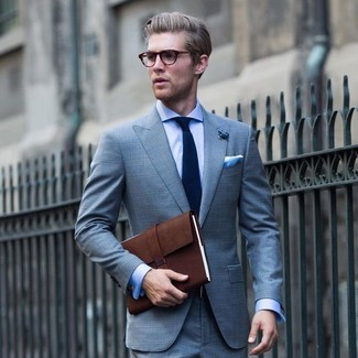 Wie kombinieren: hellblauer Anzug mit Schottenmuster, hellblaues Businesshemd, dunkelbraune Leder Aktentasche, dunkelblaue Krawatte