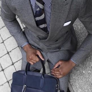 Wie kombinieren: grauer Anzug, weißes und dunkelblaues Businesshemd mit Vichy-Muster, dunkelblaue Leder Aktentasche, dunkelblaue horizontal gestreifte Krawatte