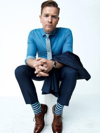 Ewan McGregor trägt dunkelblauer Anzug, blaues Chambray Businesshemd, braune Leder Brogues, graue Krawatte